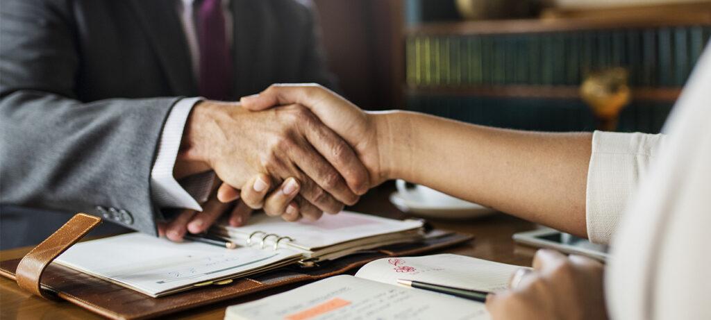 Pensión de sobrevivientes debe dividirse entre cónyuge y compañera permanente si se acredita convivencia simultánea.